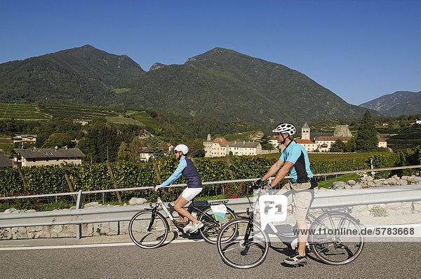Paar auf Elektrorädern  Kloster Neustift  Brixen  Südtirol  Italien  Europa
