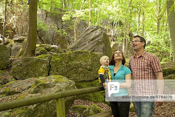 Junge Familie  Felsenmeer  Sauerlandpark  Hemer  Sauerland  Nordrhein-Westfalen  Deutschland  Europa