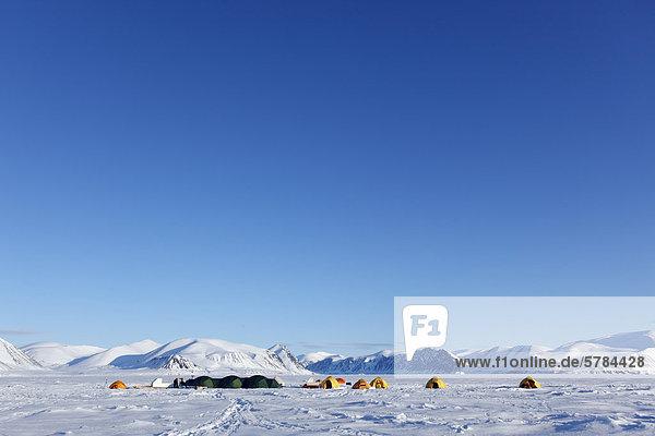 Polar-Expedition Camp auf dem Eis in der kanadischen Arktis aus der von Baffin Island im Territorium Nunavut  Kanada
