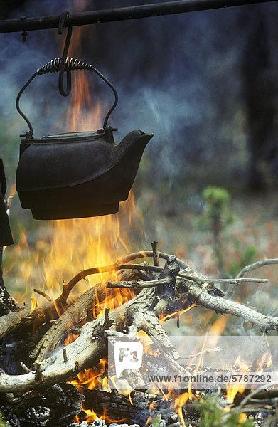 Kaffee über ein Cowboy Lagerfeuer  British Columbia  Kanada.