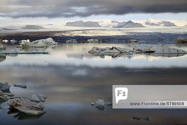 Eisberge im Gletschersee Jökulsárlón vor dem Gletscher Vatnajökull  Island
