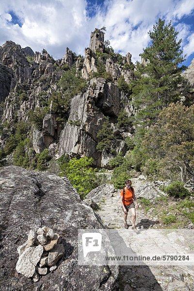 Frau wandert durch die Tavignano-Schlucht  Korsika  Frankreich