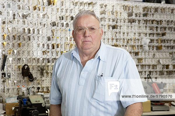 Porträt von einem leitenden männlichen Besitzer des Schlüssels zu speichern