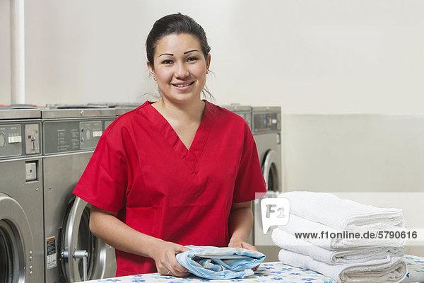 Portrait Frau Fröhlichkeit Handtuch rot Waschsalon
