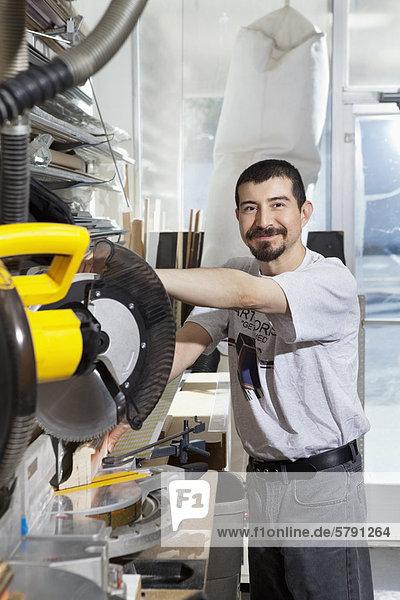 Porträt eines Hispanic-Mitarbeiter mit Kreissäge