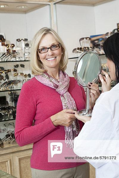 Porträt des leitenden Frau mit Brille beim Optiker Betrieb Spiegel