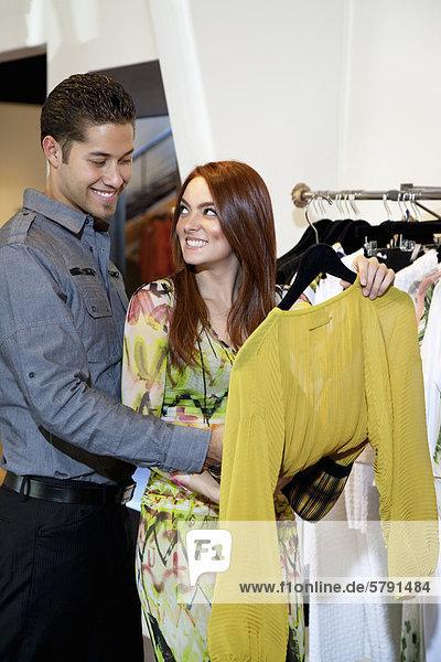 Glückliches junges Paar auswählen eine Kleid zusammen im Mode-boutique