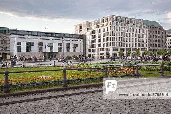 Pariser Platz mit der französischen Botschaft und dem Museum The Kennedys  Berlin  Deutschland  Europa