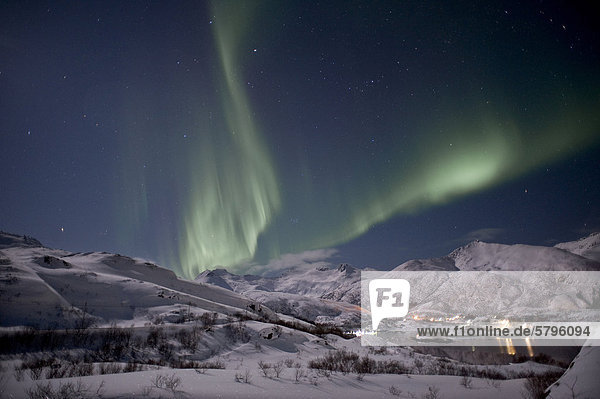 Nordlichter im Austnesfjorden  Lofoteninsel AustvÂg¯ya  Austvagoya  Lofoten  Nordnorwegen  Norwegen  Europa