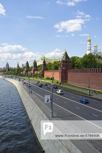 Kreml-Ufer mit Kreml-Mauer  Moskau  Russland  Eurasien  Europa