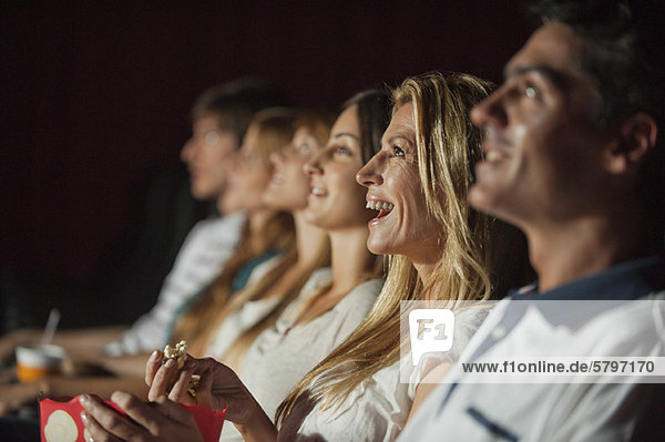 Frau lacht im Kino