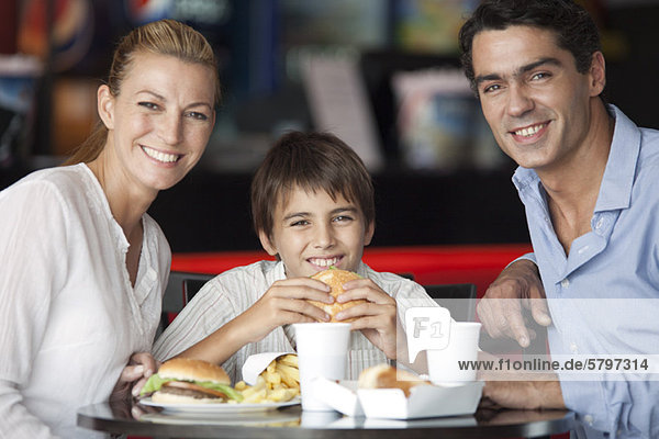 Familienessen im Fast-Food-Restaurant  Portrait