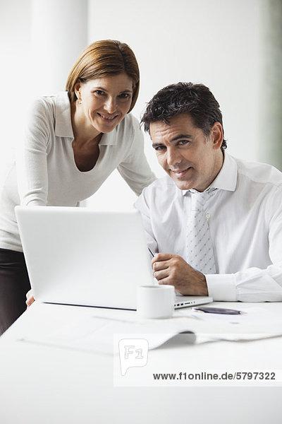Geschäftskollegen  die zusammenarbeiten