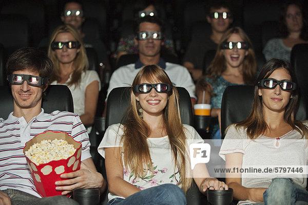 Publikum mit 3D-Brille im Kino