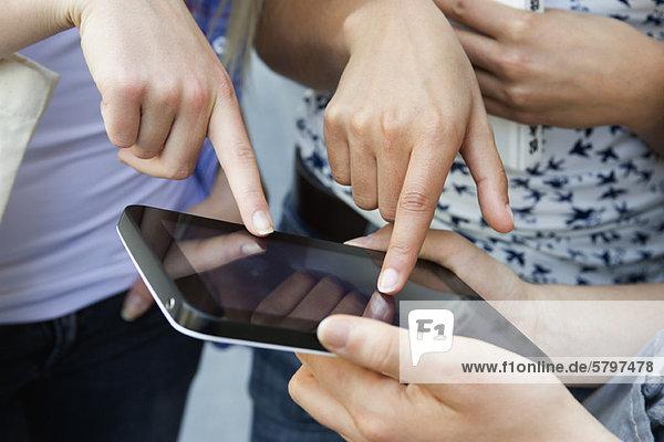 Freunde mit digitalem Tablett  beschnitten