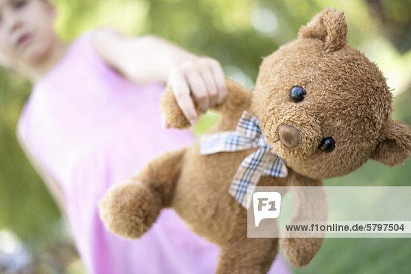 Mädchen hält Teddybär  Blickwinkel niedrig