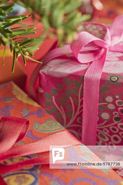 Festlich verpackte Weihnachtsgeschenke  Nahaufnahme