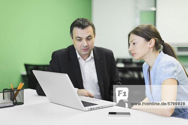 Geschäftsleute  die sich auf die Arbeit im Büro konzentrieren