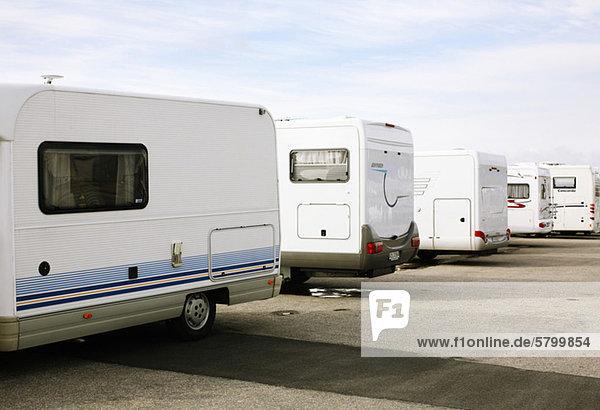 Busse und Wohnwagen auf dem Parkplatz geparkt