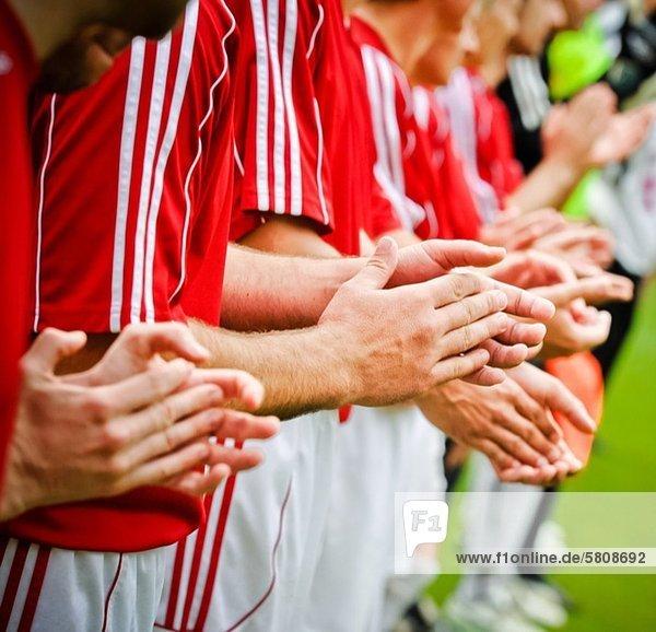 Spielfeld Sportfeld Sportfelder Fußballspieler klatschen Fußball 3 Spielfeld,Sportfeld,Sportfelder,Fußballspieler,klatschen,Fußball,3