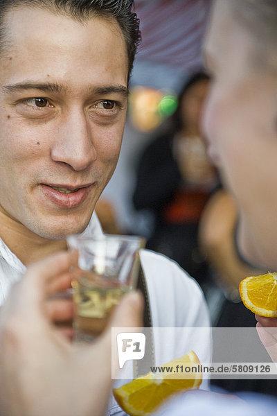 Paar trinkt Tequila auf dem Oktoberfest in München  Bayern  Deutschland