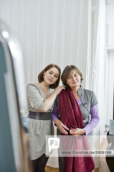 Schneiderin berät eine Kundin im Atelier