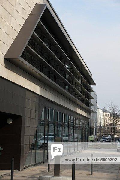 Reflexion eines Autos an einem Gebäude  München  Bayern  Deutschland