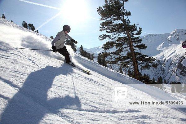 Skifahrer in Hochfügen  Zillertal  Tirol  Österreich