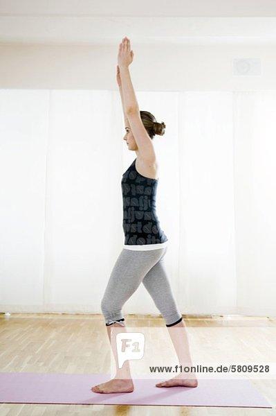 Teenagerin macht Gymnastik