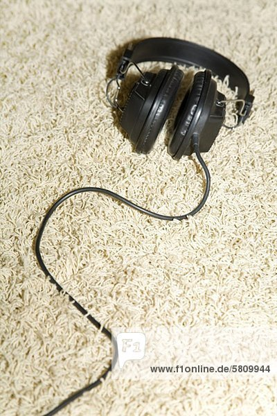 Kopfhörer auf einem Teppich