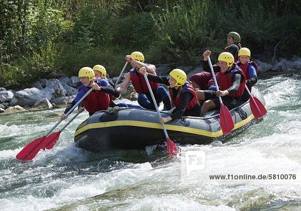 Gruppe von Leuten beim Rafting auf Fluss