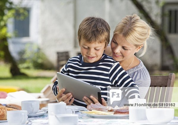 benutzen Computer Sohn Garten Tisch Mutter - Mensch Tablet PC