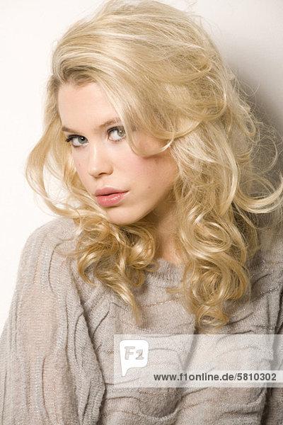 Frau grau Kleidung blond Pullover