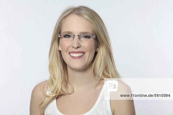 Lächelnde junge Frau mit Brille