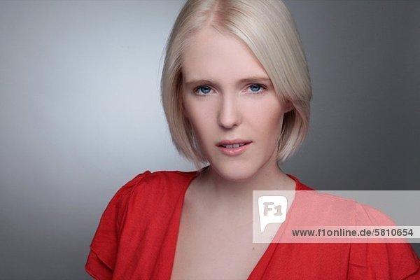 Blonde junge Frau  Porträt