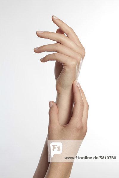 Hände einer jungen Frau