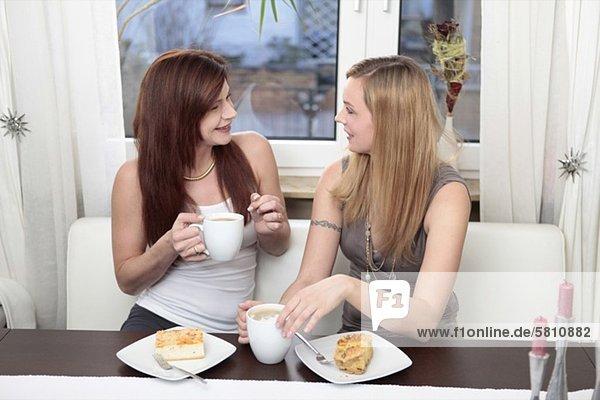 Zwei Freundinnen treffen sich zu Kaffee und Kuchen