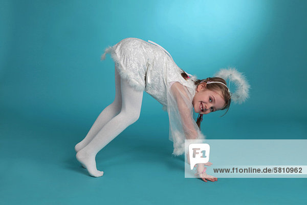 Mädchen als Engel verkleidet