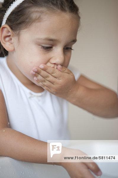Mädchen wäscht ihren Mund