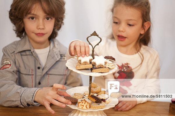 Weihnachtsgebäck Bruder Schwester essen essend isst