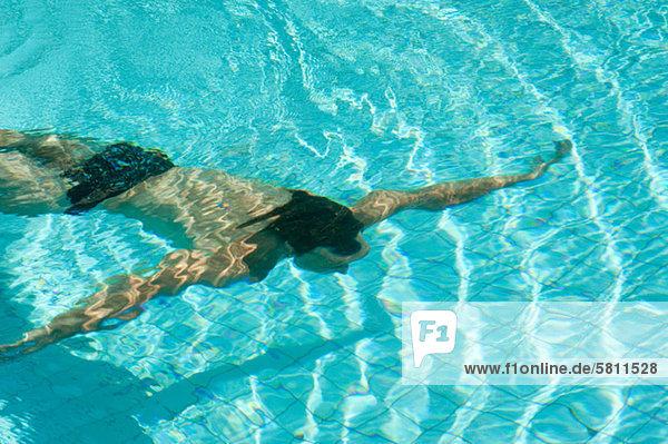 Mann Schwimmbad schwimmen