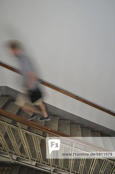 Mann gehen jung Obergeschoss