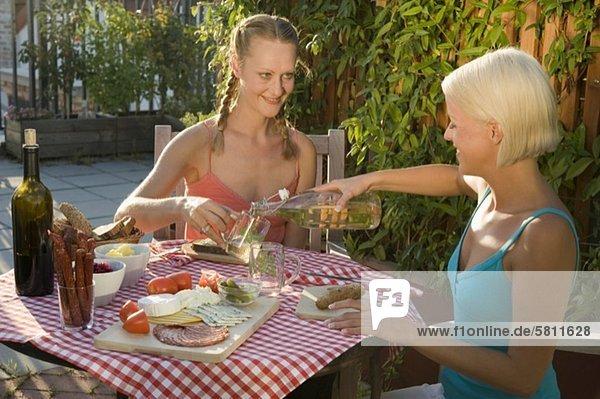 Zwei Frauen essen im Freien