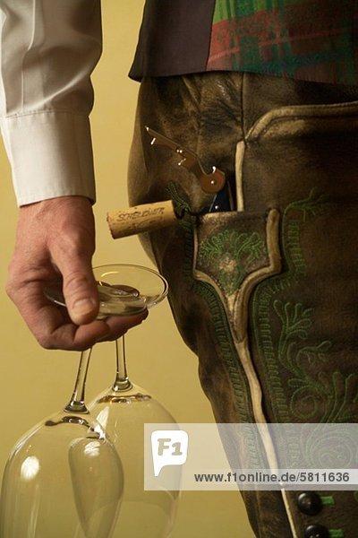 Sommelier hält Weingläser