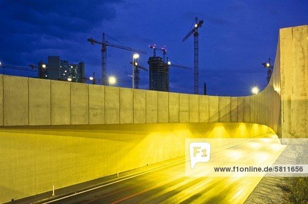 Baustelle und Straßenverkehr auf einer Autobahn bei Nacht  Wien  Österreich