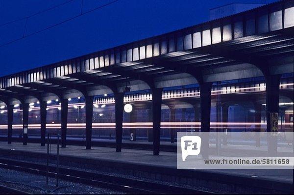 Zugbahnsteig bei Nacht  Wien  Österreich