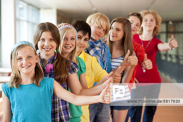 Gruppe von optimistischen Schulkindern