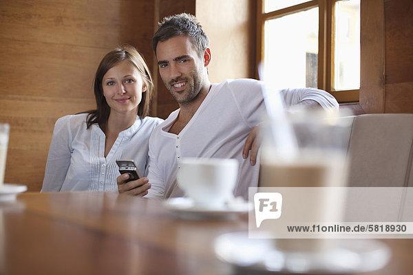 Porträt des jungen Paares sitzen im café