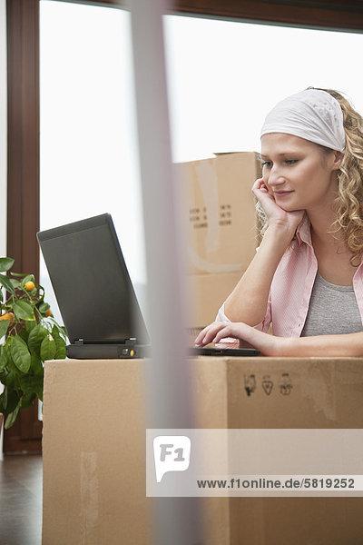Frau Computer Notebook jung Eigentumswohnung neues Zuhause