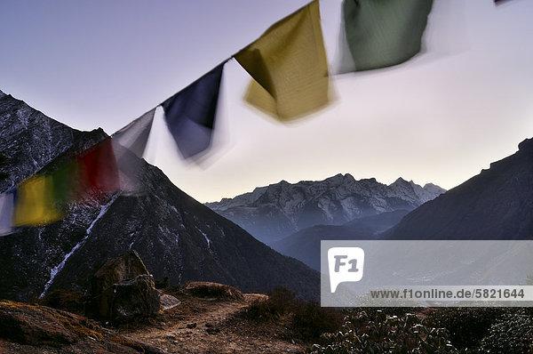 Nepal-Landschaft mit Gebetsfahnen und Kongde Ri Berg im Hintergrund